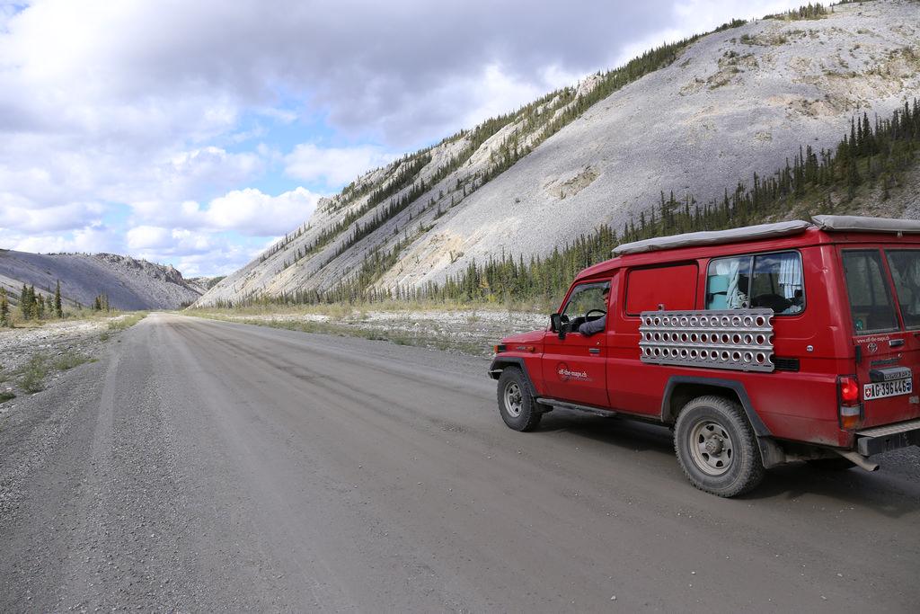 auf einsamer Piste auf dem Dempster Highway im Yukon, Alaska