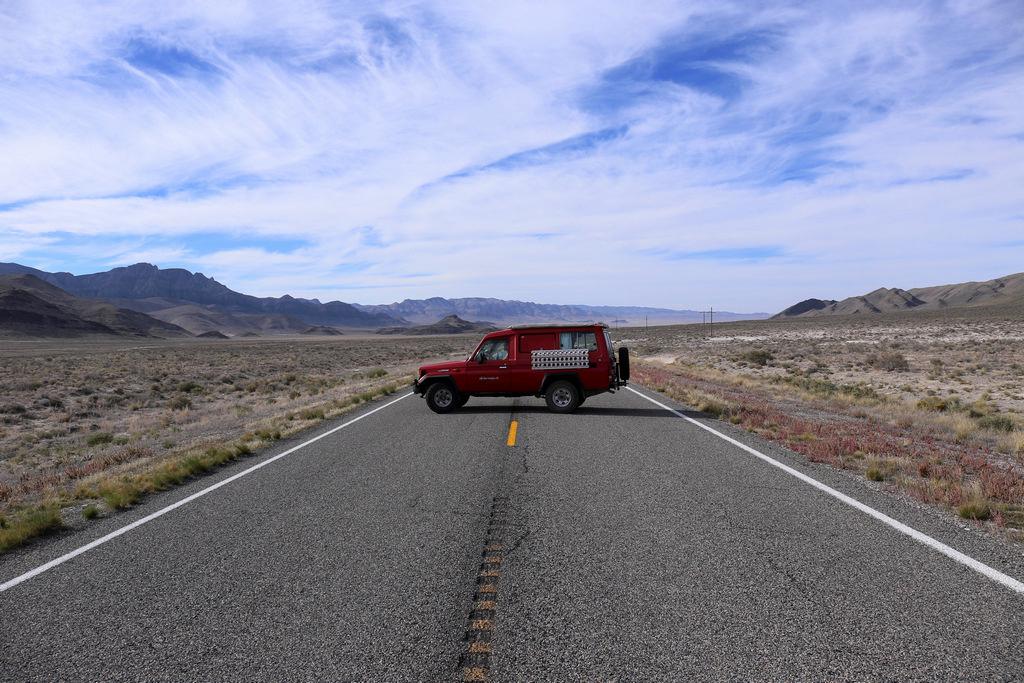 """Wir stehen quer auf der """"lonliest road in America"""", Nevada."""